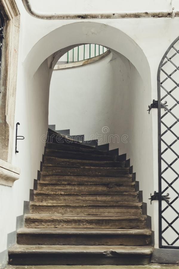 Πέτρινα σκαλοπάτια σε έναν αρχαίο γοτθικό πύργο στοκ φωτογραφίες με δικαίωμα ελεύθερης χρήσης