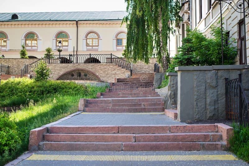 Πέτρινα σκαλοπάτια στην οδό στοκ φωτογραφία