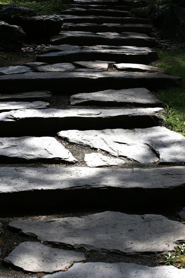 Πέτρινα σκαλοπάτια στη σκιά στοκ φωτογραφίες