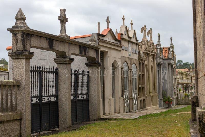Πέτρινα crypts και columbarium με το σταυρό στο ευρωπαϊκό νεκροταφείο Έννοια μνήμης και θανάτου Έννοια ειρήνης και θλίψης στοκ εικόνες