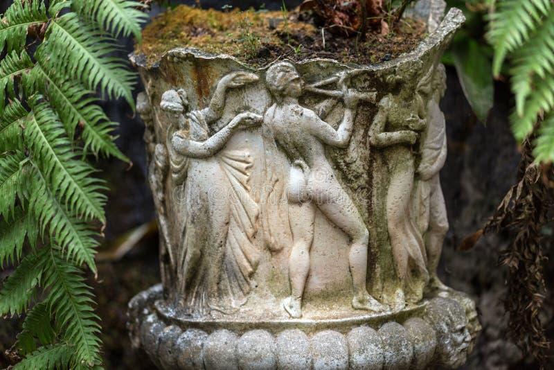 Πέτρινες αγάλματα και φτέρες στον τροπικό κήπο παλατιών Monte, Φουνκάλ, Μαδέρα στοκ εικόνα με δικαίωμα ελεύθερης χρήσης