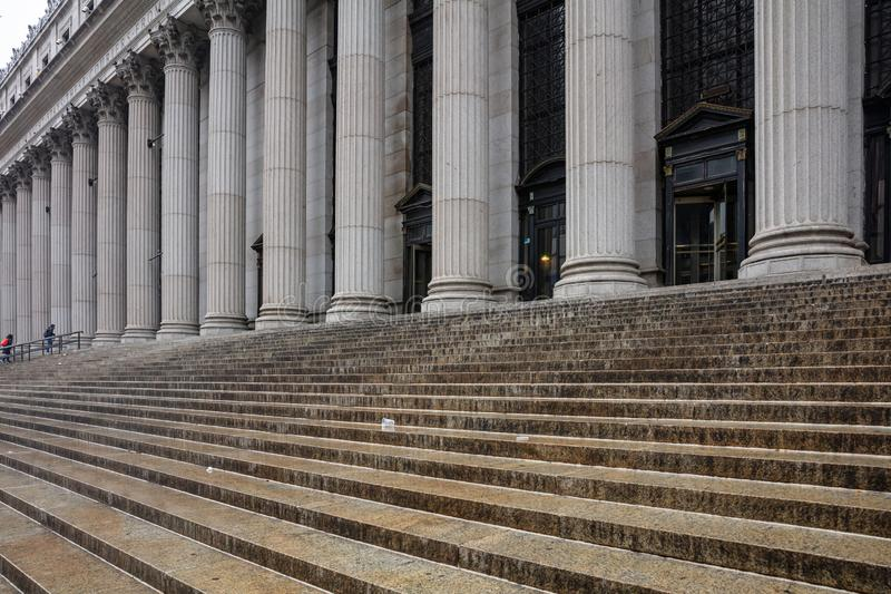 Πέτρινες σειρά στυλοβατών και λεπτομέρεια σκαλοπατιών Κλασσική πρόσοψη οικοδόμησης στοκ εικόνα