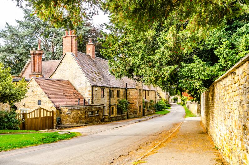 Πέτρινες σπίτι και οδός Adderbury ευρύτερη περιοχή Οξφόρδης στοκ φωτογραφία με δικαίωμα ελεύθερης χρήσης
