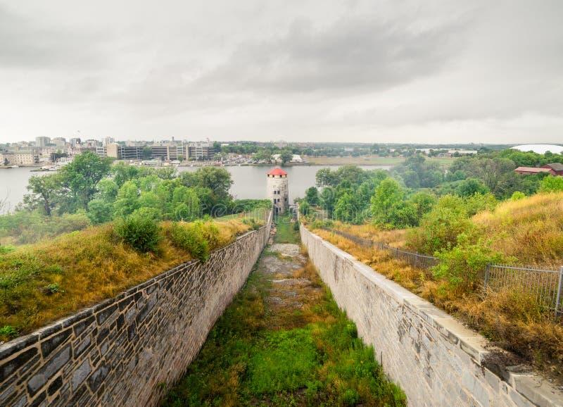 Πέτρινες υπερασπίσεις περιμέτρου σε ένα παλαιό οχυρό στοκ εικόνα