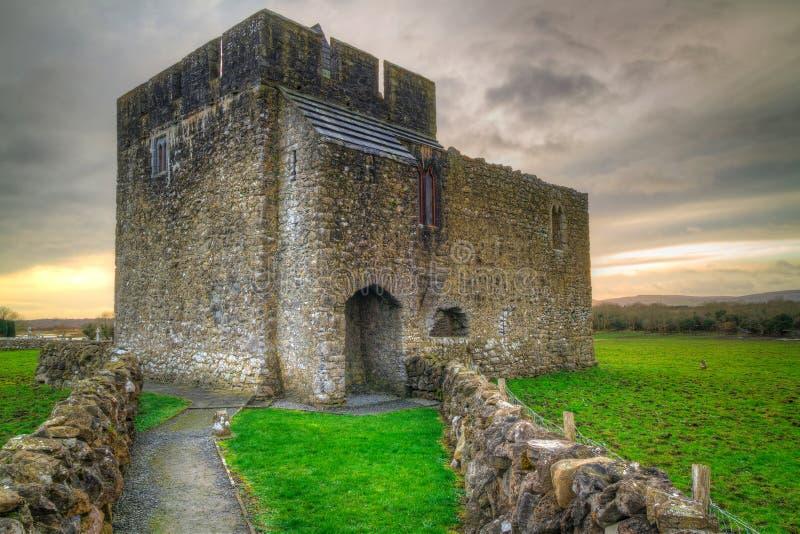Πέτρινη αρχιτεκτονική του μοναστηριού Kilmacduagh στοκ εικόνες με δικαίωμα ελεύθερης χρήσης
