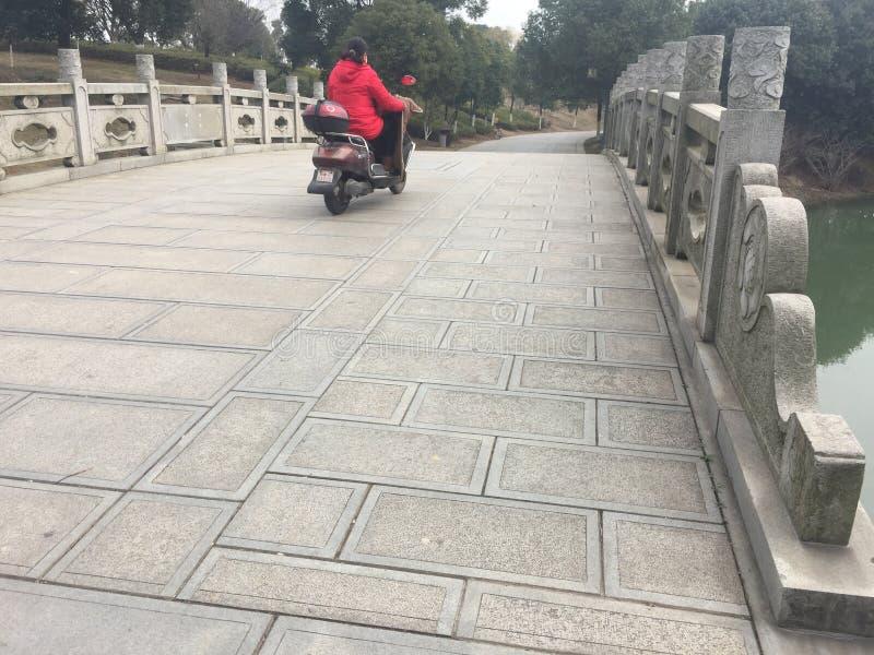 Πέτρινη γέφυρα αψίδων γλυπτικών στοκ φωτογραφία με δικαίωμα ελεύθερης χρήσης