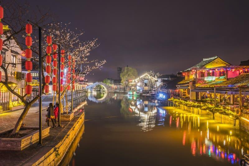 Πέτρινη γέφυρα αψίδων και παλαιός χρονικός φραγμός τη νύχτα στοκ φωτογραφίες