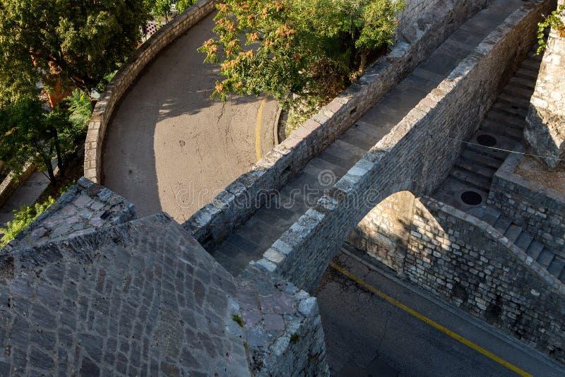 Πέτρινη γέφυρα στο φρούριο πέρα από το δρόμο σε Herceg Novi στοκ εικόνες