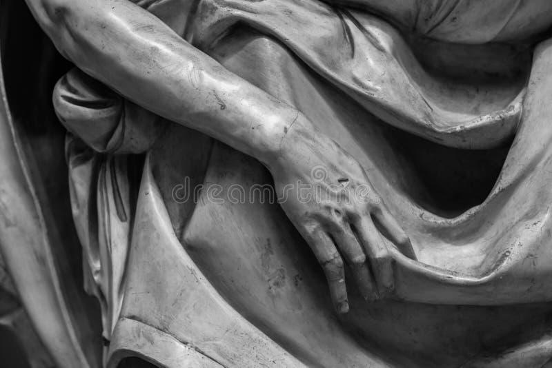 Πέτρινη λεπτομέρεια αγαλμάτων του ανθρώπινου χεριού στοκ φωτογραφίες