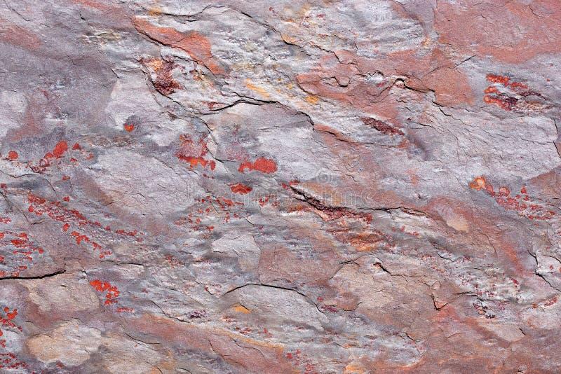 Πέτρινη πλάκα με ένα σχέδιο σε γκρίζο, πορφυρός, κόκκινος στοκ εικόνες