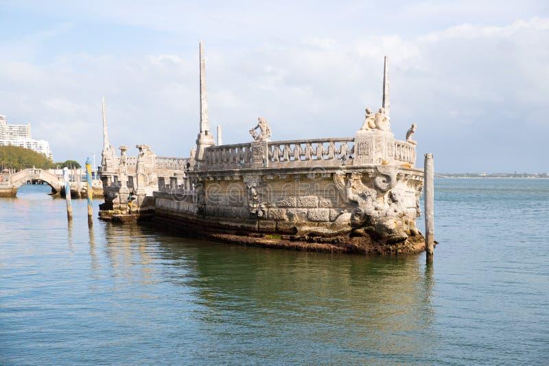 Πέτρινη φορτηγίδα κυματοθραυστών και ωκεάνια άποψη από το κατώφλι Vizcaya του μουσείου στο Μαϊάμι στοκ εικόνες με δικαίωμα ελεύθερης χρήσης
