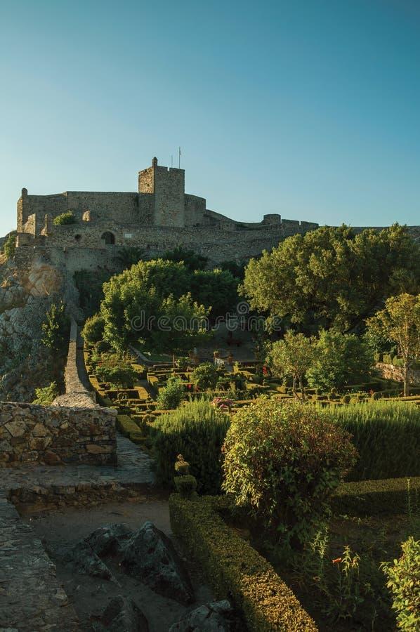 Πέτρινοι τοίχοι και πύργος του Castle με ανθισμένο το μεθύστακας κήπο στοκ φωτογραφία με δικαίωμα ελεύθερης χρήσης