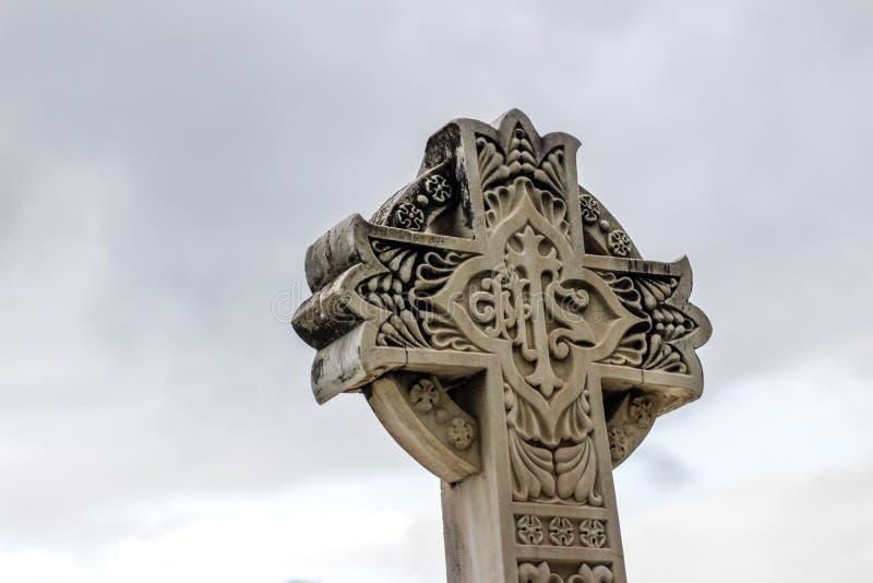 Πέτρινος θρησκευτικός γλυπτός σταυρός στοκ εικόνες