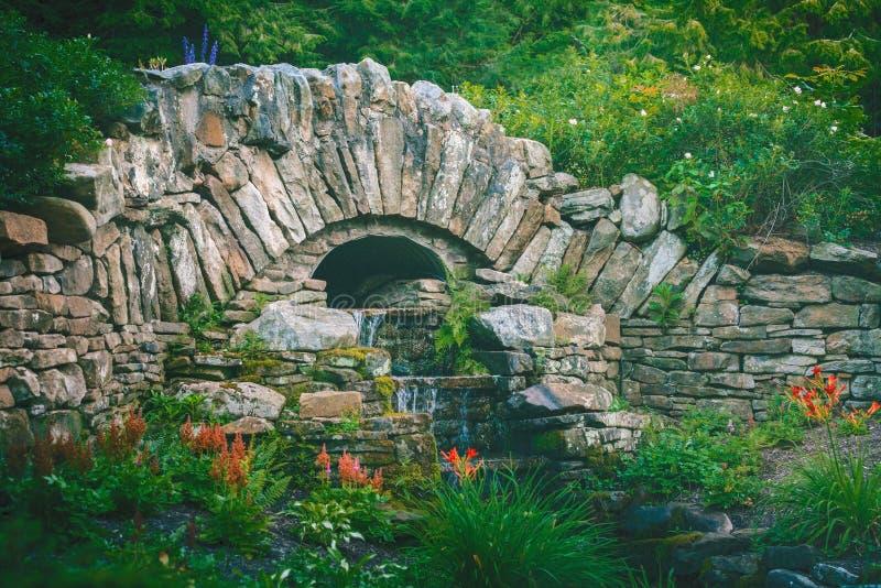 Πέτρινος καταρράκτης κήπων γεφυρών στοκ εικόνες