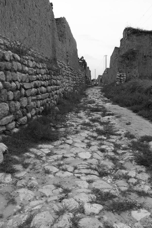 Πέτρινος δρόμος σε ένα παλαιό χωριό στοκ φωτογραφίες με δικαίωμα ελεύθερης χρήσης