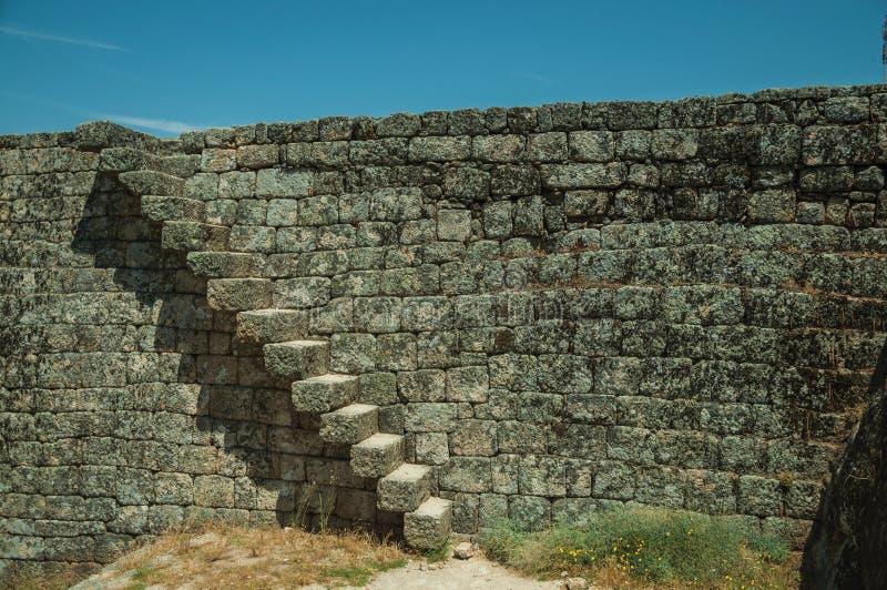 Πέτρινος τοίχος με τη σκάλα στο Castle Monsanto στοκ εικόνες