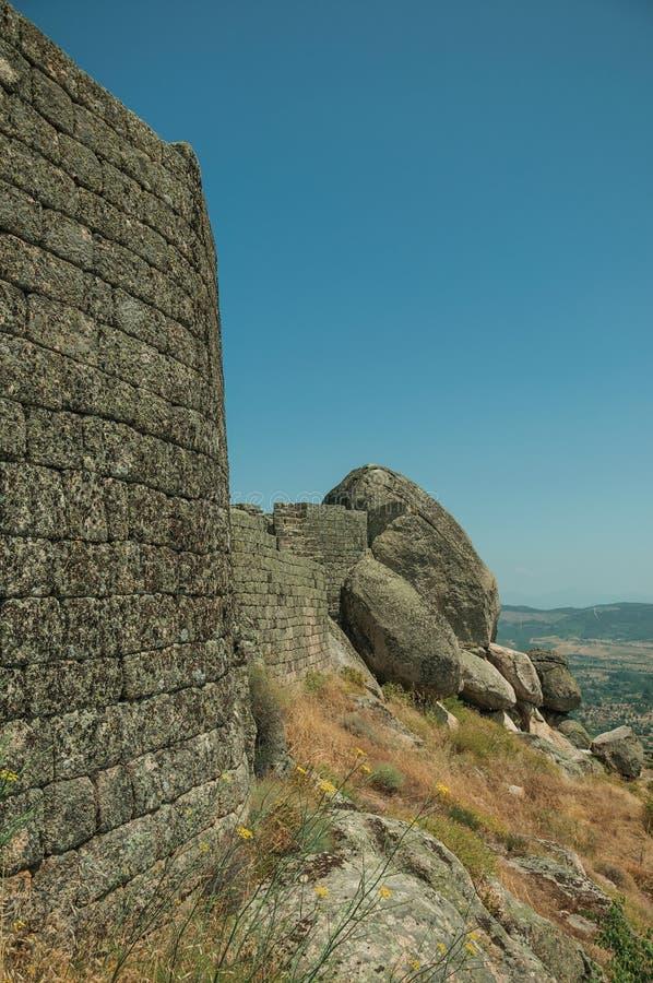 Πέτρινος τοίχος στην κορυφή υψώματος που καλύπτεται από τους βράχους στο Castle Monsanto στοκ φωτογραφία με δικαίωμα ελεύθερης χρήσης