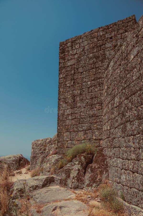 Πέτρινος τοίχος στην κορυφή υψώματος που καλύπτεται από τους βράχους στο Castle Monsanto στοκ φωτογραφία