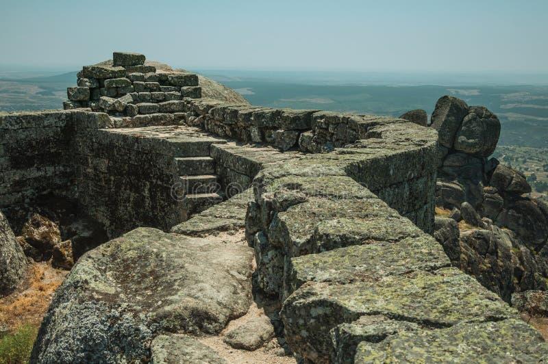 Πέτρινος τοίχος στην κορυφή υψώματος που καλύπτεται από τους βράχους στο Castle Monsanto στοκ εικόνες με δικαίωμα ελεύθερης χρήσης