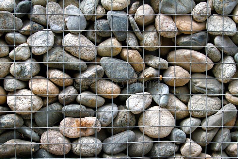 Πέτρινος τοίχος στο κλουβί μετάλλων στοκ φωτογραφίες