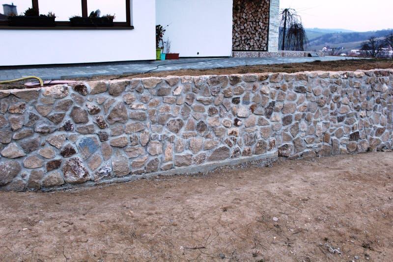 Πέτρινος τοίχος στο νέο σπίτι στοκ εικόνες με δικαίωμα ελεύθερης χρήσης
