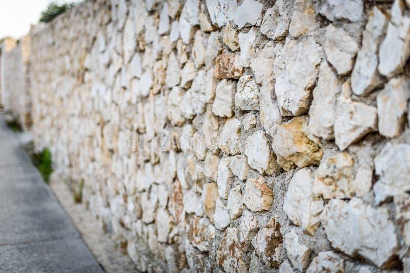 Πέτρινος φράκτης βράχου ή gabion και δρόμος ή μονοπάτι στοκ φωτογραφία