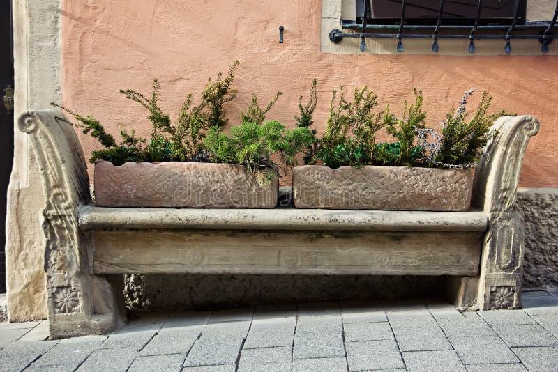 Πέτρινος χαράζοντας πάγκος στην παλαιά πόλη στοκ φωτογραφία με δικαίωμα ελεύθερης χρήσης