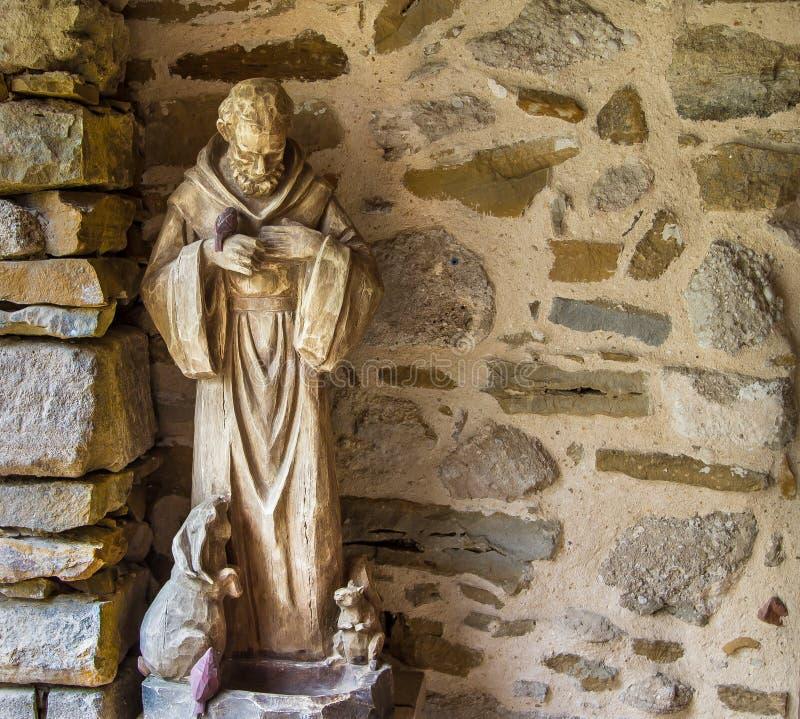 Πέτρινο άγαλμα του προστάτη Άγιος των ζώων στοκ εικόνες