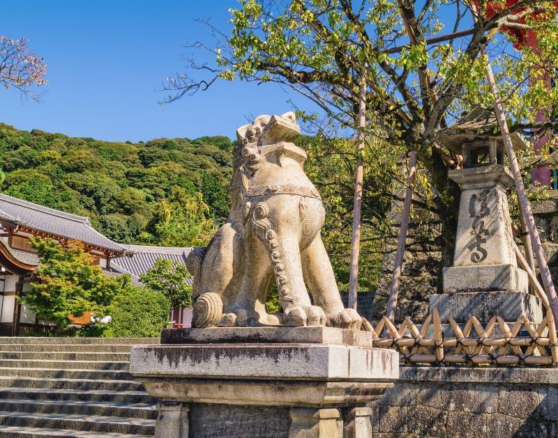 Πέτρινο γλυπτό λιονταριών κοντά στην είσοδο στον αρχαίο βουδιστικό ναό kiyomizu-Dera στο Κιότο, Ιαπωνία στοκ εικόνες