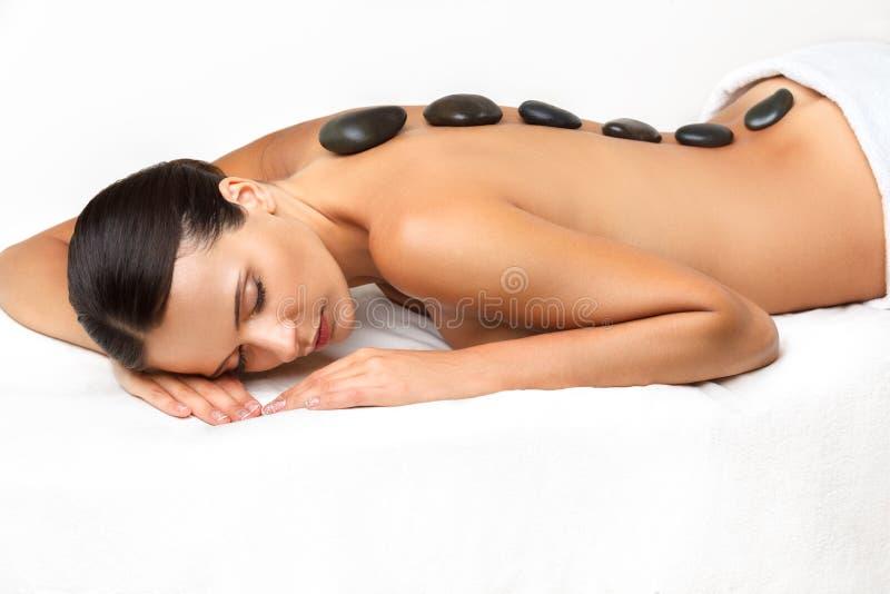 Πέτρινο μασάζ. Μασάζ Beautiful Woman Getting Spa καυτό πετρών μέσα στοκ εικόνες