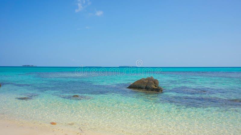 Πέτρινο νερό στην παραλία με τον πολύ μπλε και σαφή ουρανό στο νησί jawa karimun στοκ φωτογραφίες