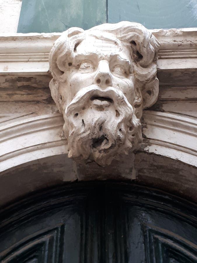 Πέτρινο πρόσωπο επάνω από την πόρτα στοκ φωτογραφία με δικαίωμα ελεύθερης χρήσης