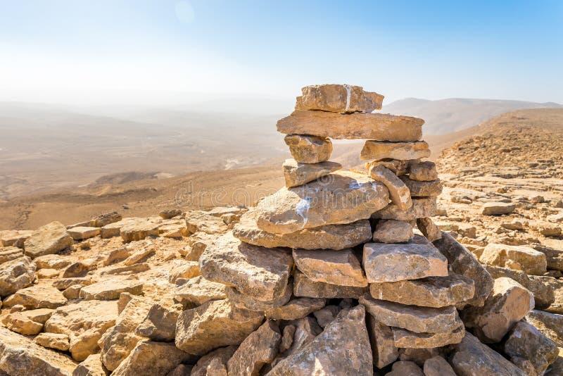 Πέτρινο σημάδι ιχνών πεζοπορίας βουνών τύμβων τοπ, έρημος του Ισραήλ στοκ φωτογραφία με δικαίωμα ελεύθερης χρήσης
