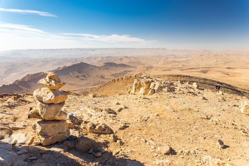 Πέτρινο σημάδι ιχνών πεζοπορίας βουνών τύμβων τοπ, έρημος του Ισραήλ στοκ εικόνα με δικαίωμα ελεύθερης χρήσης