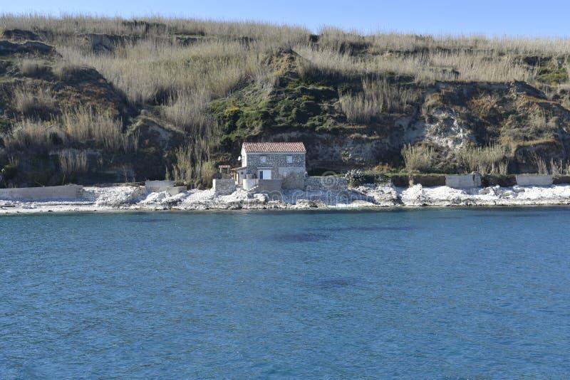 Πέτρινο σπίτι κοντά στη θάλασσα στοκ φωτογραφία