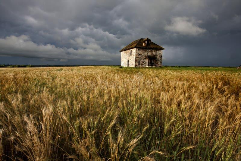 Πέτρινο σπίτι ουρανού λιβαδιών σύννεφων θύελλας στοκ εικόνες με δικαίωμα ελεύθερης χρήσης
