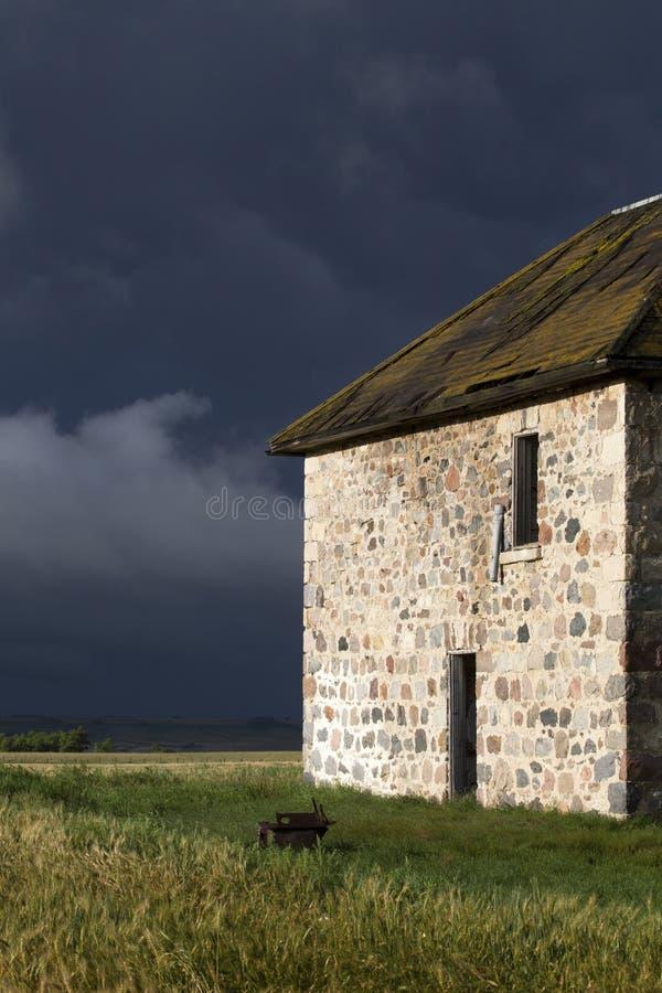 Πέτρινο σπίτι ουρανού λιβαδιών σύννεφων θύελλας στοκ φωτογραφία