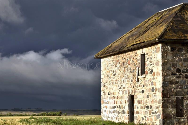Πέτρινο σπίτι ουρανού λιβαδιών σύννεφων θύελλας στοκ εικόνα με δικαίωμα ελεύθερης χρήσης