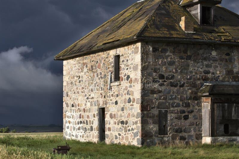 Πέτρινο σπίτι ουρανού λιβαδιών σύννεφων θύελλας στοκ φωτογραφίες με δικαίωμα ελεύθερης χρήσης