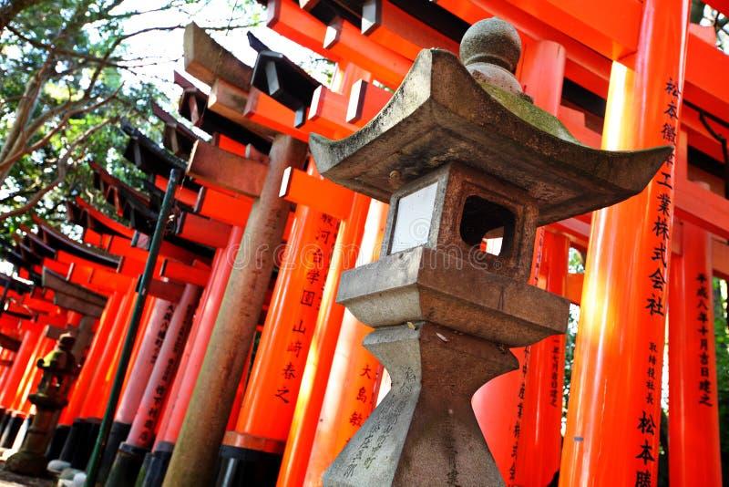 Πέτρινο φανάρι με το torii στοκ φωτογραφία με δικαίωμα ελεύθερης χρήσης