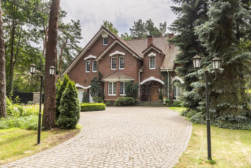 Πέτρινο driveway στο σπίτι στο αγγλικό αρχιτεκτονικό ύφος στα FO στοκ εικόνα