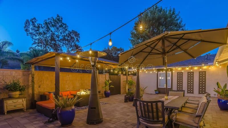 Πέτρινο patio πλαισίων πανοράματος με την περιοχή διατάξεων θέσεων κάτω από μια περιοχή gazebo και να δειπνήσει κάτω από μια ομπρ στοκ φωτογραφίες