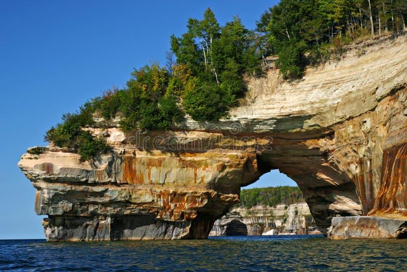 Πήδημα εραστή στην απεικονισμένη εθνική ακτή βράχων στοκ φωτογραφία με δικαίωμα ελεύθερης χρήσης