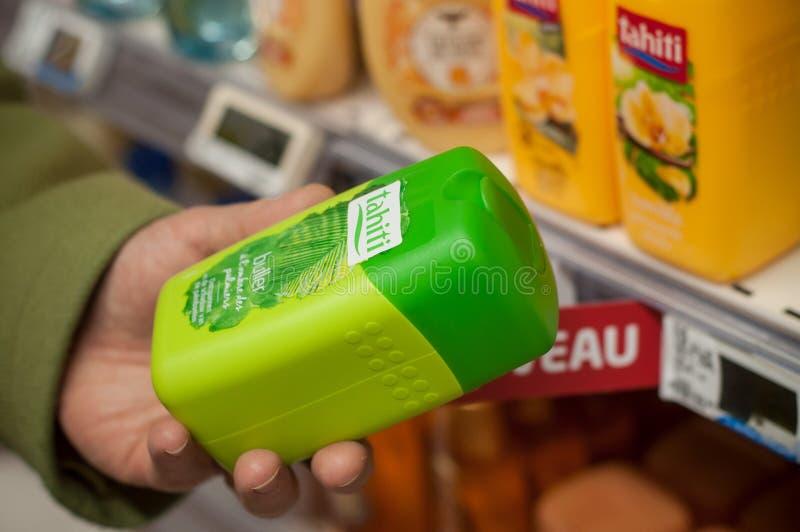 Πήκτωμα ντους από το εμπορικό σήμα της Ταϊτή υπό εξέταση στην έξοχη υπεραγορά του U στοκ φωτογραφία με δικαίωμα ελεύθερης χρήσης