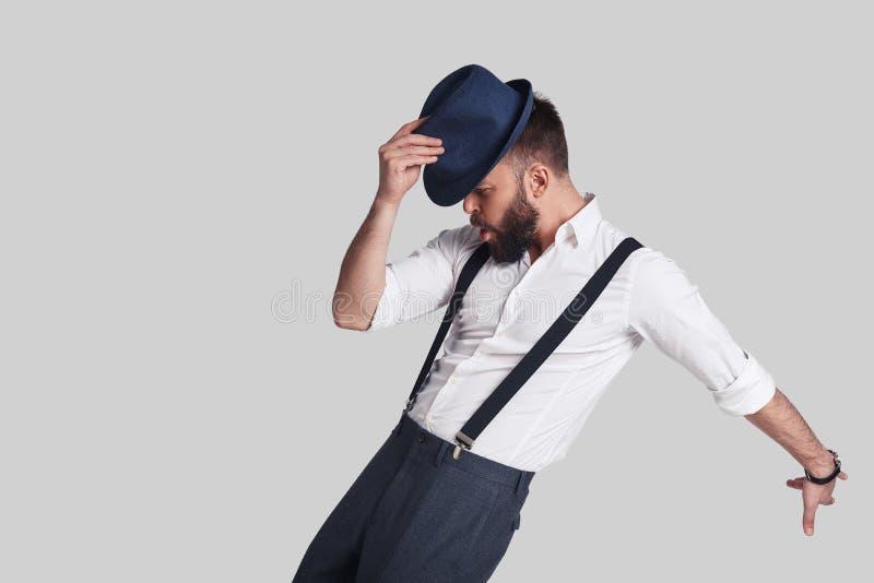 Πήρε τις κινήσεις Όμορφος νεαρός άνδρας suspenders που ρυθμίζει δικοί του στοκ εικόνα με δικαίωμα ελεύθερης χρήσης