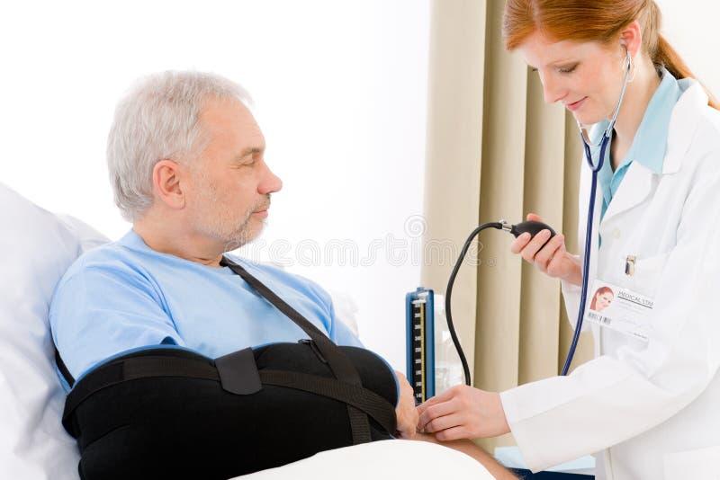 πίεση ασθενών νοσοκομεί&omi στοκ φωτογραφίες