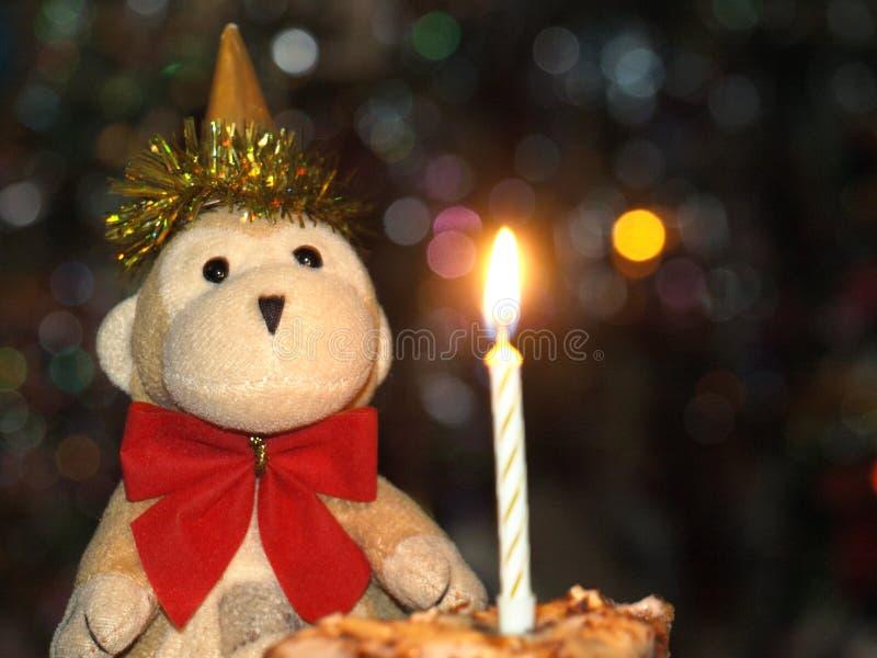 Πίθηκος με ένα εορταστικό κέικ στοκ εικόνες με δικαίωμα ελεύθερης χρήσης
