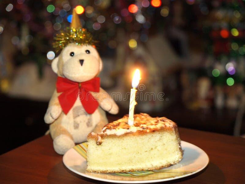 Πίθηκος με ένα εορταστικό κέικ στοκ φωτογραφία