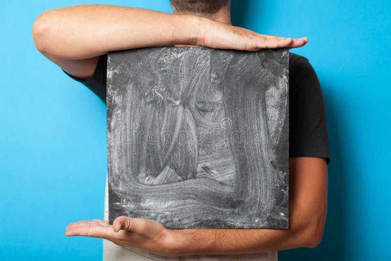 Πίνακας έννοιας, παρουσίαση διαφήμισης Μαύρη κάρτα αφισών σημαδιών, πίνακας διαφημίσεων κιμωλίας λαβής σπουδαστών στοκ εικόνα με δικαίωμα ελεύθερης χρήσης