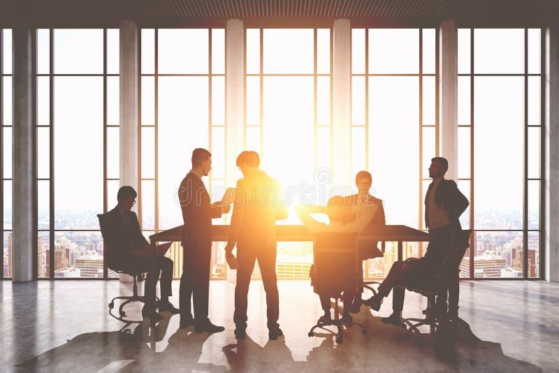 πίνακας αιθουσών συνεδριάσεων των διασκέψεων εδρών Ομάδα επιχειρηματιών γύρω από έναν πίνακα που συζητά τα ζητήματα εργασίας στοκ εικόνα με δικαίωμα ελεύθερης χρήσης